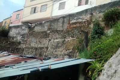 Alerta por riesgo de colapso de un muro sobre unas viviendas en Bucaramanga