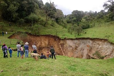 Este es el gigantesco cráter que generó temor en comunidad de Santander