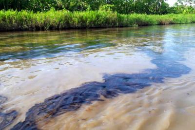 Mancha de crudo que avanza sobre el río Magdalena alcanzaría los 30 kilómetros