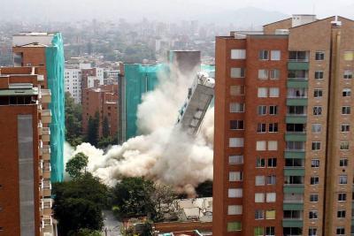 Video registró la implosión de un edificio en Medellín