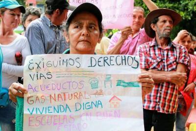 """Habitantes de veredas protestan por """"incumplimientos"""" del alcalde Rodolfo Hernández"""