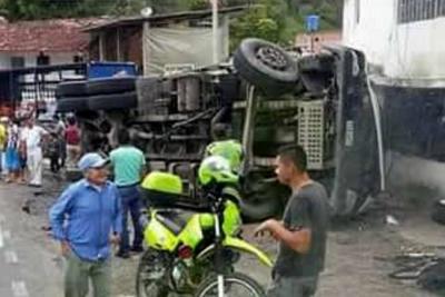 En video quedó registrado accidente de una volqueta que perdió los frenos en Santander