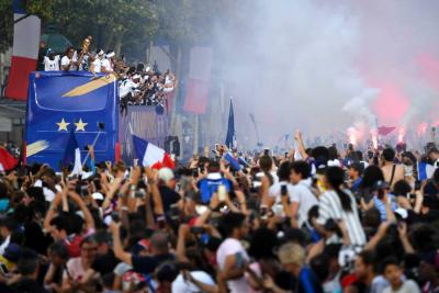 El fervor que generó la Selección francesa durante su bienvenida en París