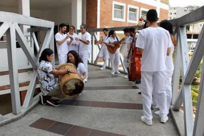 Semillero de investigación UNAB realiza conciertos y sesiones de música en Unidad de Cuidados Intensivos