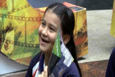 Leidy Yesenia, de 10 años se encontró con una fusión de historia  y sueños ante una gran pantalla.