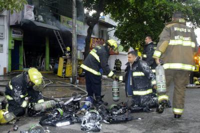 Bomberos de Bucaramanga y el área luchan contra un incendio en Floridablanca