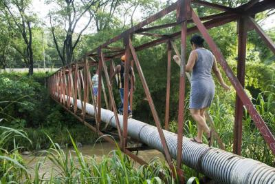 Así niños y adultos arriesgan su vida para salir y llegar a sus casas en Bucaramanga