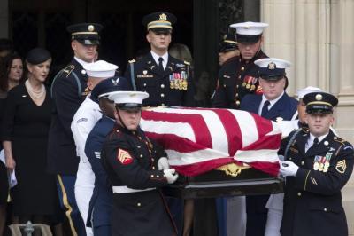 Allegados al senador estadounidense John McCain le dieron el último adiós