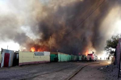 Voraz incendio en Chile deja 100 casas destruidas y 400 damnificados