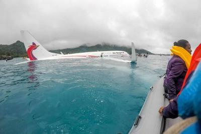Avión se saltó la pista de aterrizaje y cayó en una laguna