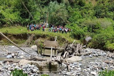 Puente colapsado pone en riesgo a 30 niños en Coromoro, Santander