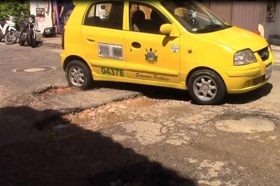 Con bazar, recolectan dinero para tapar huecos que causan accidentes en barrio de Bucaramanga