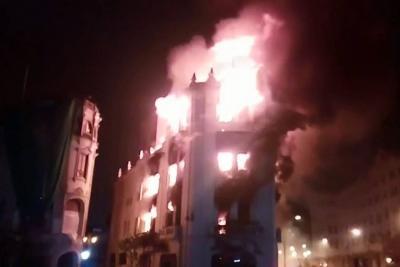 Voraz incendio destruyó centenario edificio del casco histórico de Lima
