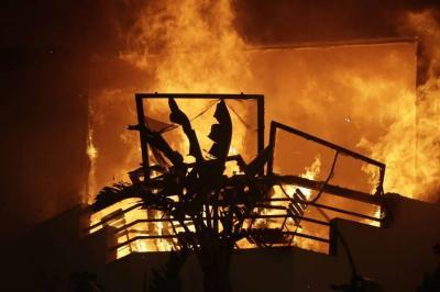 Varios muertos y 150.000 evacuados por voraces incendios en California