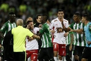 Pelea al terminar el partido entre Atlético Nacional y Huracán