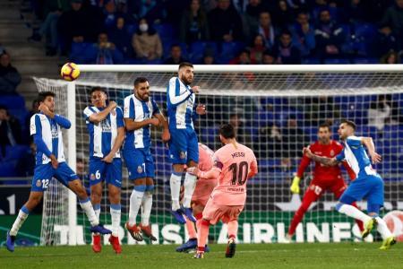 Lionel Messi ratificó que es uno de los mejores cobradores de tiro libre, al anotar dos tantos por esa vía, en el triunfo 4-0 del Barcelona sobre el Espanyol. El cuadro 'culé', de la mano del argentino, se mantiene en la cima de la Liga española.