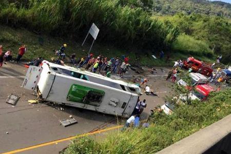Nueve fallecidos y 23 heridos tras volcamiento de un bus en Valle del Cauca