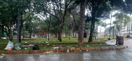 Pese a que varias canecas se encuentran instaladas en el lugar, los espectadores arrojaron las basuras en las zonas verdes y peatonales.