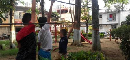Los niños tocan los cables sin percatarse del riesgo que esto representa, como se observa en la imagen.