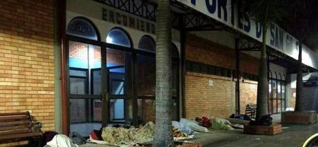 Los ciudadanos venezolanos usan los diferentes lugares de San Gil para pasar la noche.