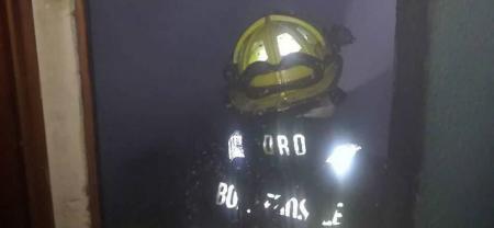 Dos camiones del Cuerpo de Bomberos de Bucaramanga atendieron la emergencia.
