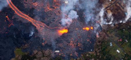 Vista de la lava llegando a la estructura Puna Geothermal Venture en Pahoa (Hawái).