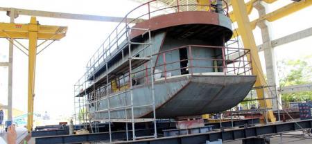 Así se construye el primer CAI flotante de Colombia y que navegará en Santander