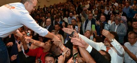 """""""¿Cómo les va?"""", fue lo primero que dijo el mandatario colombiano al llegar a su destino en Nueva York, desde donde estrechó manos de los que estaban sentados en los primeros asientos."""