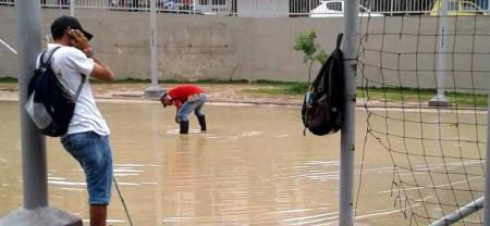 Denuncian constantes inundaciones en cancha recién inaugurada en Bucaramanga