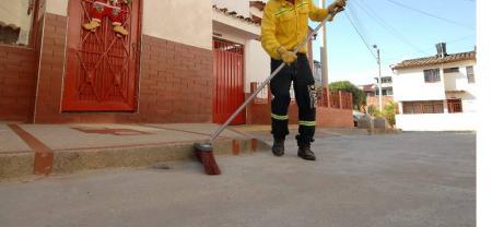 Los escobitas trabajan en los sectores del barrio Alfonso López y La Victoria.