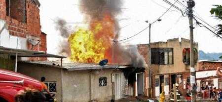Así fueron las llamas que consumieron en pocos minutos una fábrica de muebles en el barrio Campohermoso.