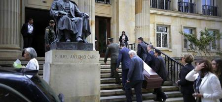 El cuerpo del expresidente Belisario Betancur arribó en un coche fúnebre a la Academia Colombiana de la Lengua en Bogotá para sus honras póstumas.